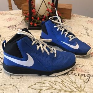 Nike Team Hustle D7 Basketball Shoes Youth Size 5